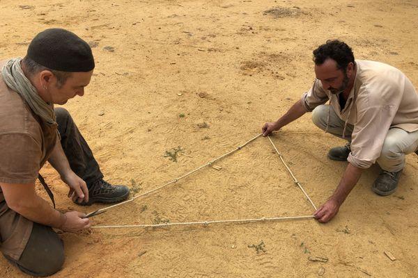 Ici, on mesure et on calcule comme au Moyen-Âge. La corde à 13 noeuds est l'outil de référence pour tous les oeuvriers.