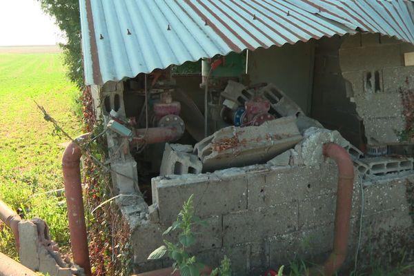 Une cabane d'irrigation endommagée.