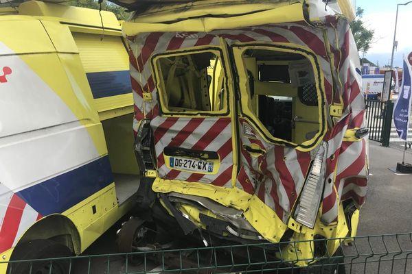 Sécurité routière : à l'heure des départs en vacances, une installation choc sur l'aire d'autoroute de Montélimar 16/7/21 - 26 fourgons de patrouilleurs accidentés vont être exposés au grand public.