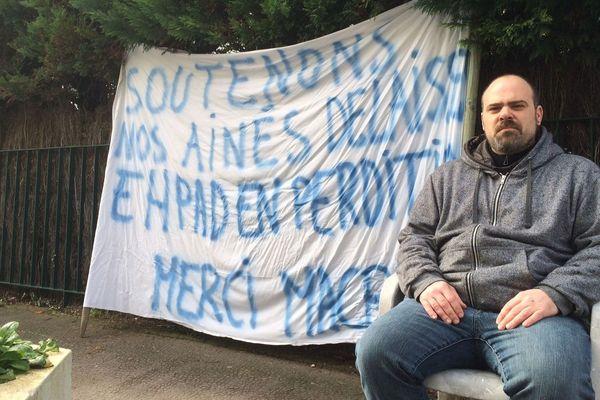 Anthony Lavergne entame une grève de la faim devant l'hôpital de Ribérac pour dénoncer la baisse de moyens dont souffrent les hôpitaux et les EHPAD