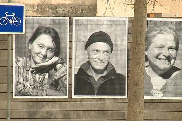 Des centaines de portraits d'habitants de Lodève sont collés sur les façades d'immeubles dans le cadre du projet Inside Out - 26 janvier 2017