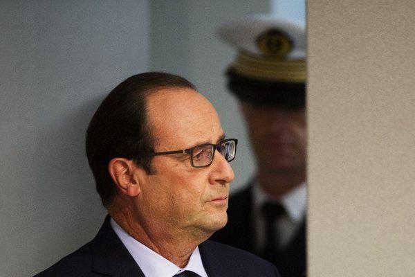 """François Hollande a demandé ce mercredi en Conseil des ministres le maintien du plan Vigipirate à son """"niveau le plus élevé"""" au lendemain de l'agression de militaires à Nice."""