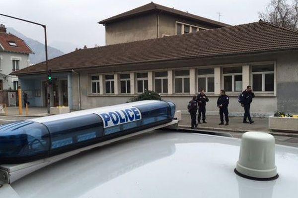 Policiers devant l'école Ampère
