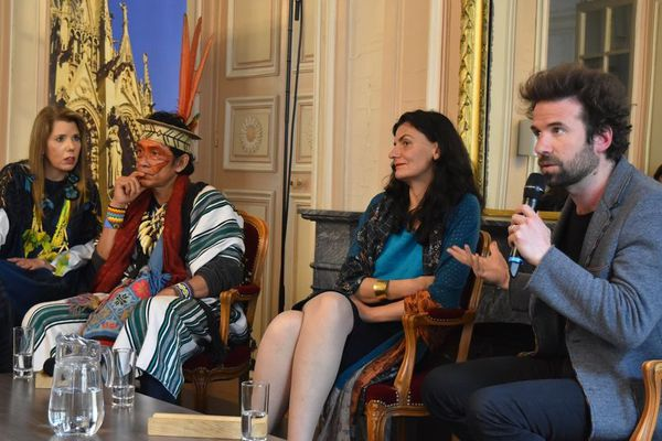 Cyril Dion, accompagné de Benki Piyaki, autochtone brésilien et d'Isabelle Delannoy, militante écologique, à l'occasion d'une conférence à l'Hôtel de Ville de Metz, pour conclure le G7 de l'environnement.