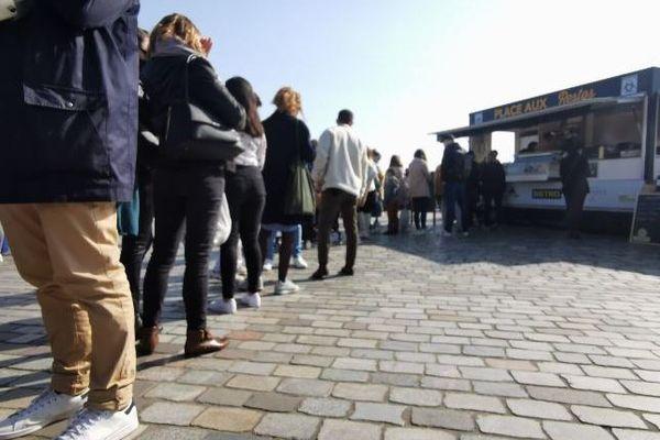 Les clients font la queue dimanche 28 février sur le marché des Chartrons à Bordeaux pour passer commande au restaurateur installé dans un Food truck.