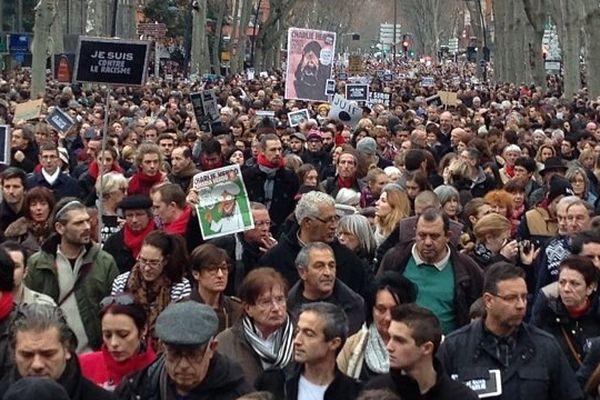 Des milliers affluent sur les boulevards toulousains.