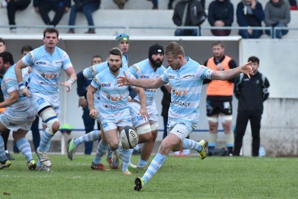 Au stade Etcheberry de Vienne (Isere) a l'occasion de la 9eme journée du championnat de France fédérale 1. Les rugbymen du CS Vienne (bleu blanc) face a l'équipe du Rugby Club Massy Essonne.