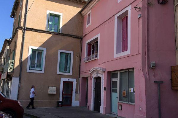 Les habitants confinés de Saint-André prennent soin les uns des autres, comme ici de la rue à l'étage.
