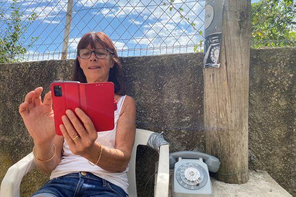 """Les habitants de Talasani ont installé leur """"cabine téléphonique"""" à l'un des seuls points de réception du  réseau dans la commune."""