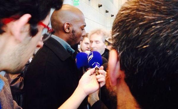 Le frère de Kevin, Steven Noubissi, répond aux journalistes après l'énoncé du verdict.
