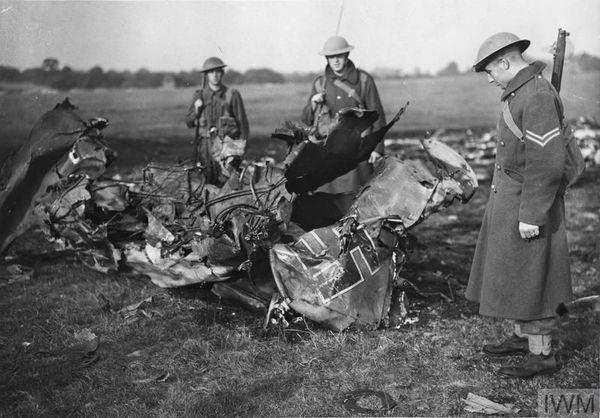 Les débris d'un Messerschmitt Bf110, examinés par des soldats britanniques, le 16 août 1940, à Croydon, dans le sud-est de l'Angleterre.