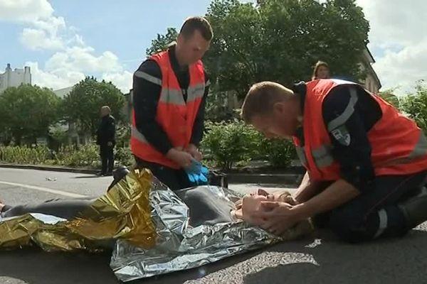 Les pompiers ont simulé un accident lors d'un exercice visant à alerter sur les comportements dangereux.
