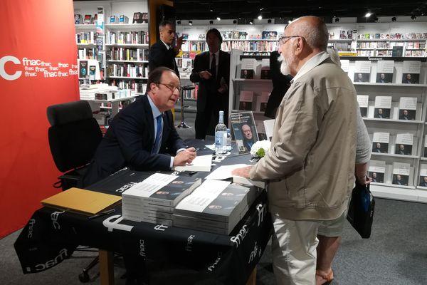 François Hollande en séance de dédicace à Beauvais le lundi 18 juin 2018