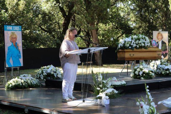L'artiste a ainsi passé ses derniers instants avec sa nièce, Michèle Lebon. C'est elle qui a pris la parole la première ce samedi à Cannes.
