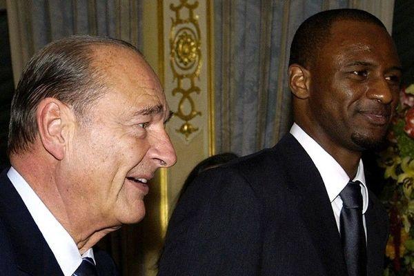 Le Président Jacques Chirac avec Patrick Vieira, capitaine de l'équipe de France à l'ambassade de France à Londres le 18 novembre 2004.