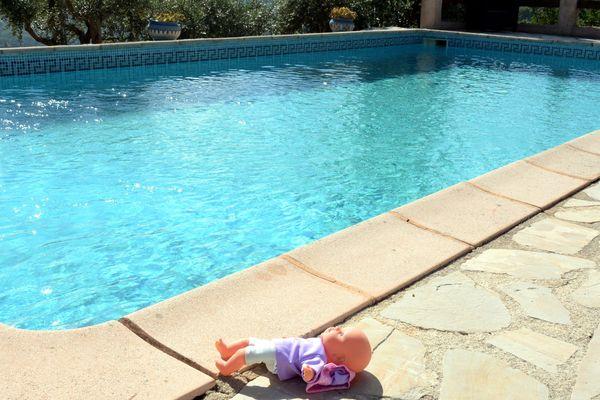 Photo illustration dangers des piscines pour les enfants