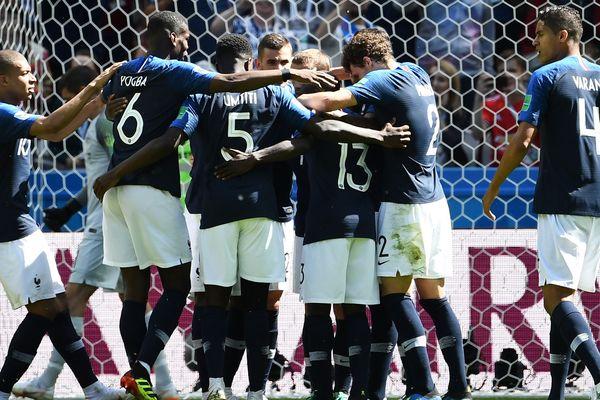 La joie de l'équipe de France lors du match de football face à l'Australie.
