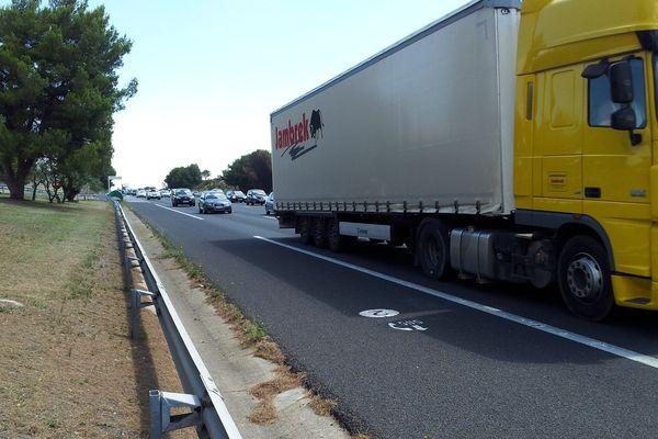 La chaussée brûlée par le camion en feu a été réparée dans la nuit sur l'A9, près de Florensac, dans l'Hérault. Désormais, c'est le flux de vacanciers qui perturbe le trafic routier.