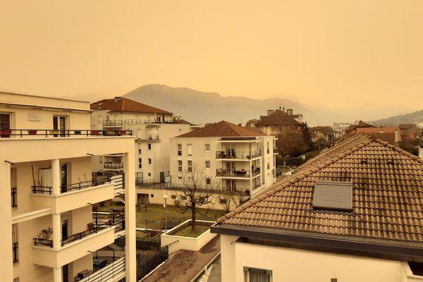 Le ciel est jaune à Annecy ce vendredi 6 février.