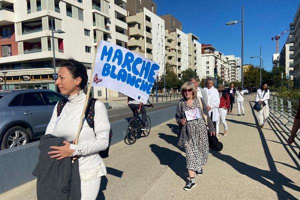 Une marche blanche en mémoire des personnes décédées depuis mars 2020... Organisée en début d'après-midi par l'association Vivre son deuil à Montpellier, elle accompagne des personnes endeuillées à surmonter cette douloureuse épreuve, et à sensibiliser la société aux questions du deuil.