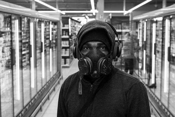 Un homme rencontré dans un supermarché d'Onet-le-Chateau au cours de la 2ème semaine de confinement