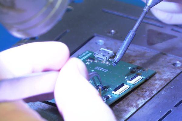 Fabrication du dispositif du bracelet dans l'entreprise Insight SIP à Biot, dans les Alpes-Maritimes.