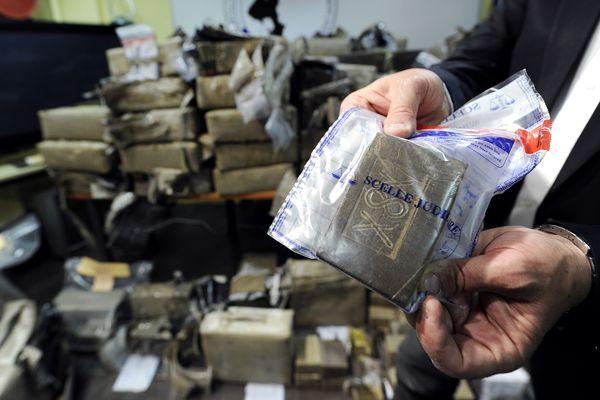 Echantillon provenant d'une saisie de résine de cannabis réalisée par la police judiciaire de Lyon. Photo d'illustration.