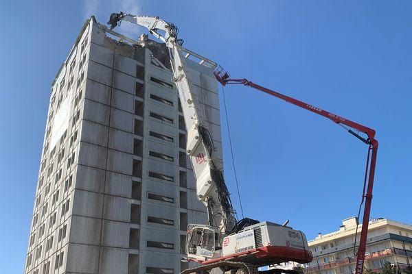 La pelle hydraulique a entamé la démolition de la tour ouest du quartier Regensburg.