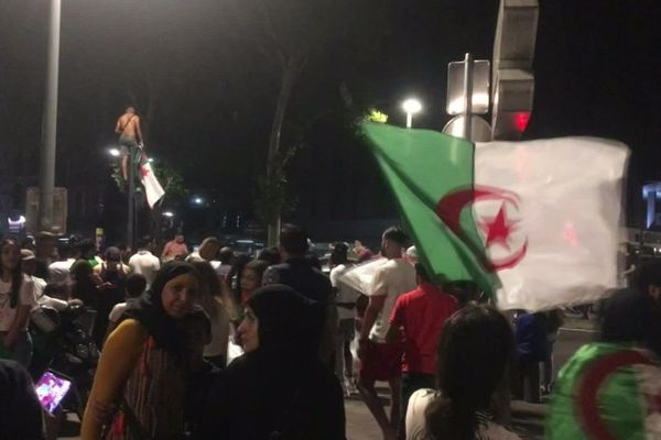 Environ 5000 personnes ont fêté vendredi soir le titre de champion d'Afrique des Algériens.