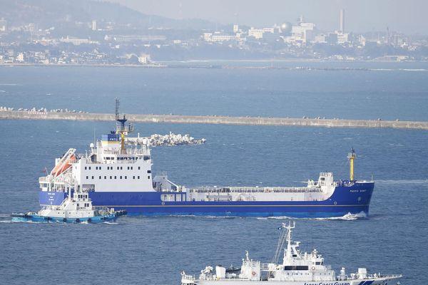 Le cargo anglais,Pacific Egret, long de 104 mètres est bien connu pour le transport de déchets nucléaires, ou plutonium, etc, dans le monde entier. On le voit ici au Japon en mars 2016