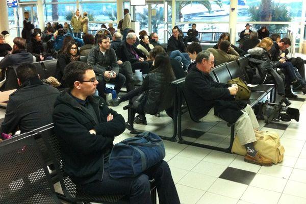 Les passagers des vols pour Paris, Nice et Marseille en attente à l'aéroport d'Ajaccio