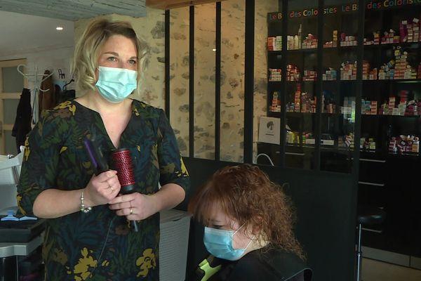 Cindy Leboucher est coiffeuse, elle travaille chez elle dans sa ferme à Tennie dans la Sarthe