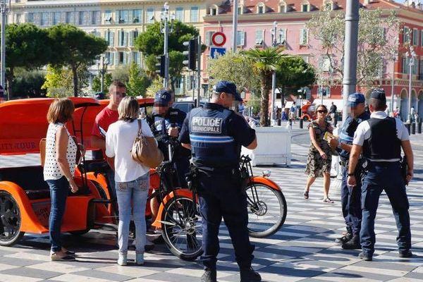 Un contrôle de police place Masséna à Nice.