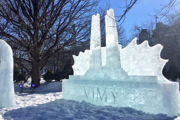 A Ottawa, une statue de glace en référence au mémorial de Vimy a été sculptée.