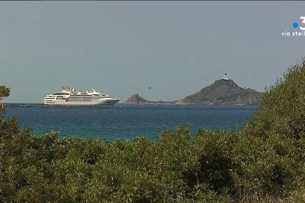 Entre juillet et octobre la compagnie Le Ponan propose des croisières en dehors des ports de Corse.