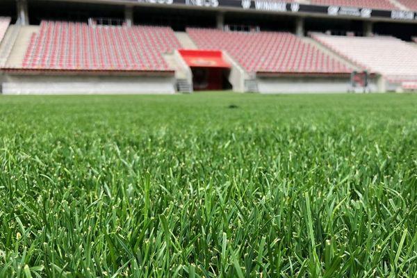 La pelouse du Stade Allianz de Nice recevra les demi-finales du Top 14 en 2022.