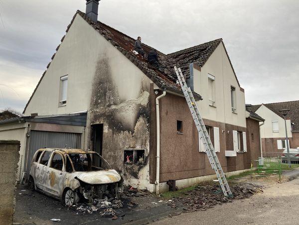 Une maison a été endommagée par les flammes.