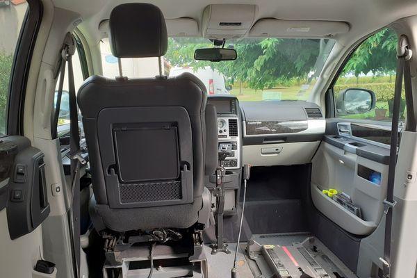 Pierre Emeriau, tétraplégique, a vidé l'aménagement de son van et y a installé un siège spécifique pour pouvoir conduire