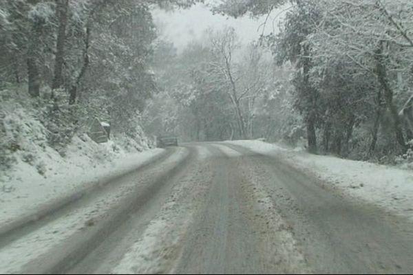 À Brignoles, les routes étaient totalement enneigées samedi après-midi.