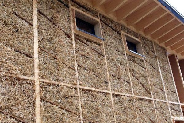 utilisation de paille pour l'isolation d'un logement (photo d'illustration)