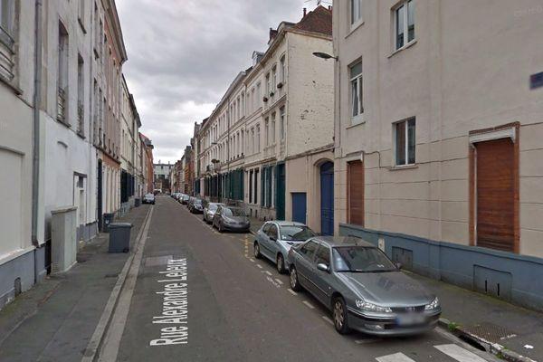 L'homme a fait une chute de quatre mètres depuis le toit d'un immeuble de la rue Alexandre Leleux, non loin du quartier Massena-Solférino à Lille.