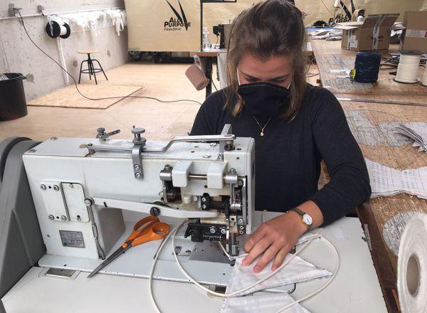 Charlotte, étudiante en école d'ingénieurs, embauchée pour faire des masques