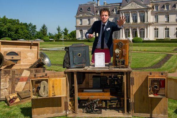 Le commissaire-priseur Aymeric Rouillac et le chronomégaphone Gaumont, devant le château d'Artigny.