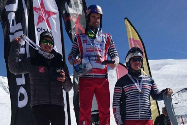 Le double champion olympique Pierre Vaultier sur le haut du podium à Peyragudes.