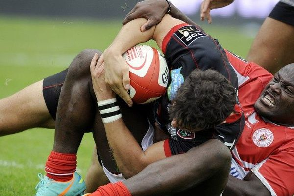Le Toulonnais Vincent Martin face à Takudza Ngwenya. Biarritz a souffert. Toulon s'est imposé largement.