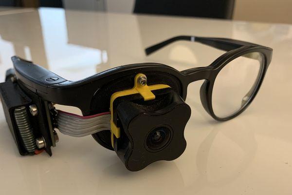 """Un prototype de lunettes connectées dite """"intelligentes"""" doté d'une caméra."""