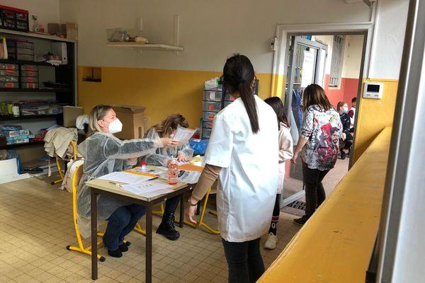 L'enjeu de cette reprise est de massifier les capacités de tests pour enfants et enseignants. A La Trinité près de Nice, distribution des tests dans une école ce lundi 26 avril.