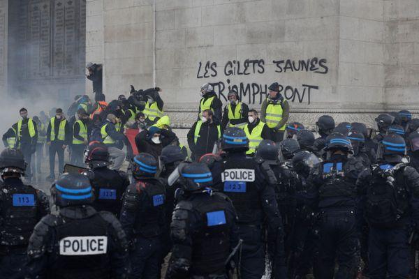 1er décembre 2018, les gilets jaunes s'emparent de l'Arc-de-Triomphe à Paris
