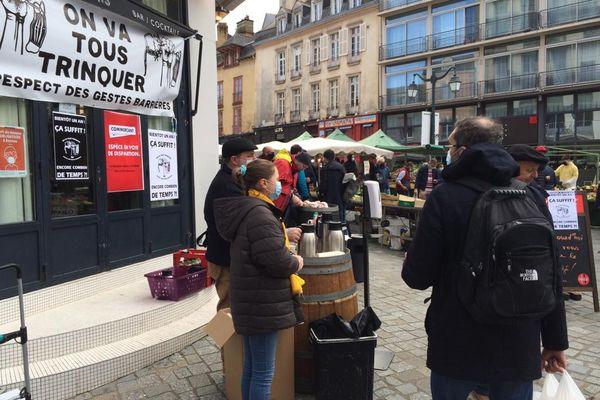 A Rennes, des membres du collectif On va tous trinquer distribuent des boissons aux passants pour alerter sur leur situation.
