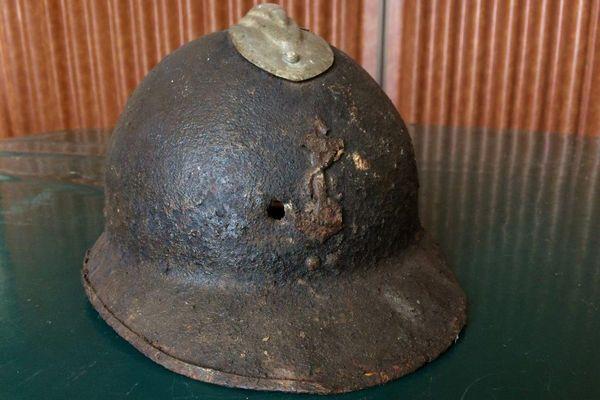 Casque d'un régiment colonial. Le trou que l'on voit au milieu a été laissé par une balle.